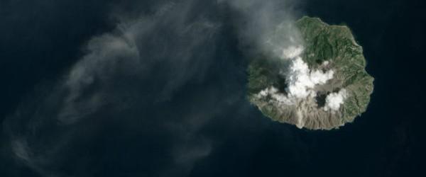 El número de pequeños temblores y las emisiones de cenizas en Paluweh (también conocido como Rokatenda) volcán aumentó en octubre de 2012, y continuó en febrero de 2013, lo que probablemente indica crecimiento del domo de lava.  Después de meses de ruidos, una erupción explosiva se produjo el 2 de febrero y 3 de 2013.  Las imágenes de satélite muestran la trayectoria de un deslizamiento de tierra volcánica, probablemente los restos de un flujo piroclástico.  Un delta nuevo se extiende en el mar de Flores a los pies de la corriente.  Gris ceniza procedente de la erupción cubre la ladera sur de la cima.  Según Darwin el Centro de avisos de cenizas volcánicas (VAAC), Paluweh ceniza tiene experiencia y menor emisión de gases casi a diario desde el ...