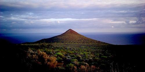 La intensidad del enjambre terremoto en marcha en El Hierro isla aumentó el 28 de marzo de 2013.  119 terremotos se han registrado hasta el momento, a profundidades de 16-18 km.  A pocos sismos más débiles también se han registrado un menor profundidad de 7-10 km, posiblemente relacionado con la liberación de la tensión causada por la deformación fuerte, en lugar de entrometerse magma como se sospechaba antes.  Las últimas mediciones indican que los niveles de emisión de CO2 se han incrementado de manera significativa a los niveles normales, lo que sugiere magma fresco llega de fuentes más profundas.  Siguiente gráfico muestra una comparación entre los niveles actuales (1684 ± 72 toneladas de CO2 por día) y los niveles de erupciones anteriores.  ...