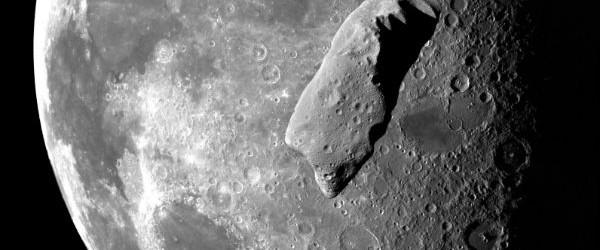 Un asteroide recién descubierto, llamado 2013 CE pasará justo dentro de la órbita de la Luna el 04 de marzo 2013 a las 07:35 UTC.  Asteroide 2013 CE es grande sobre 8.17 metros, justo sobre el tamaño de la roca espacial que explotó sobre Rusia el 15 de febrero de 2013.  Fue descubierto por el monte.  Observatorio Lemmon en Arizona el 2 de marzo de 2013.  2013 CE vendrá dentro de 396.000 kilometros de la Tierra, (246.000 millas, o alrededor de 1,0 distancias lunares, 0,0026 UA), dentro de la órbita de la Luna.  Distancia de la Luna a la Tierra varía entre 363.104 kilometros (225.622 millas) al perigeo (el más cercano) y 406.696 kilometros (252.088 millas) a las ...