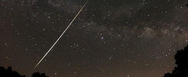 La Tierra se está acercando al campo de escombros del antiguo cometa Thatcher, fuente de la lluvia anual de meteoros Líridas.  Cada año a finales de abril la Tierra pasa a través de la cola de polvo del cometa Thatcher (C/1861 G1), y el encuentro provoca una lluvia de meteoritos - los Lyrids.Flakes de polvo de cometa, la mayoría del tamaño de granos de arena, la atmósfera de la Tierra huelga viajar 49 km / s (110,000 mph) y se desintegran como rayas de luz.  Este año la ducha picos de la mañana el 22 de abril de 2013.  Los meteorólogos esperan de 10 a 20 meteoros por hora, aunque arrebatos de hasta 100 meteoros por hora son posibles.  La lluvia anual de meteoros debería dar ...