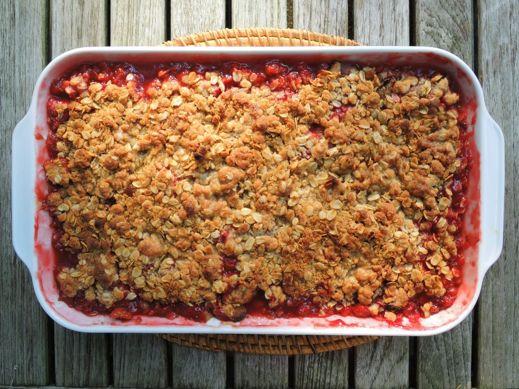 Desserts, fruit, baked, rhubarb strawberry crumble 1