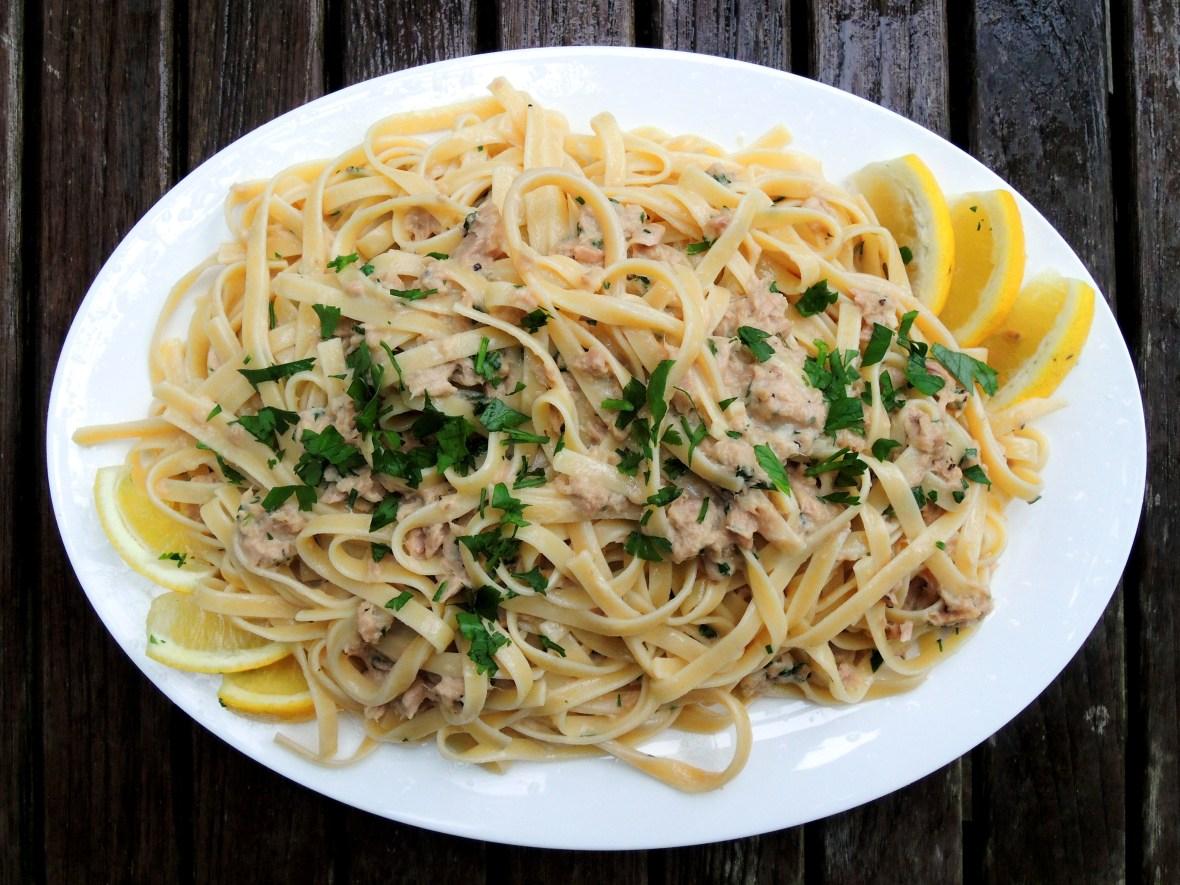 Pasta, fettuccine con sugo di tonno con aglio e panna 1