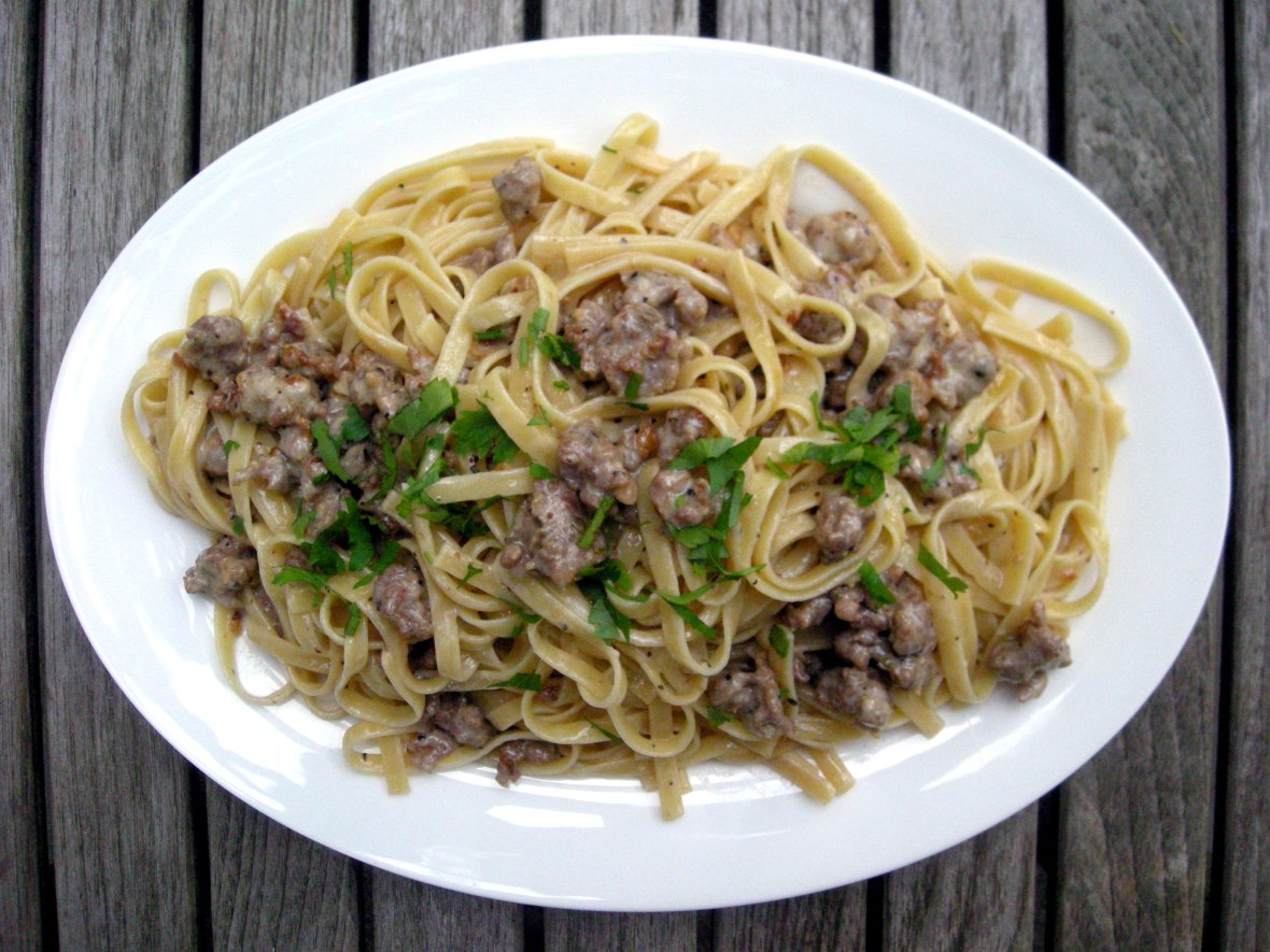 Pasta, fettuccine con sugo per la Gramigna (with cream and sausage) 1
