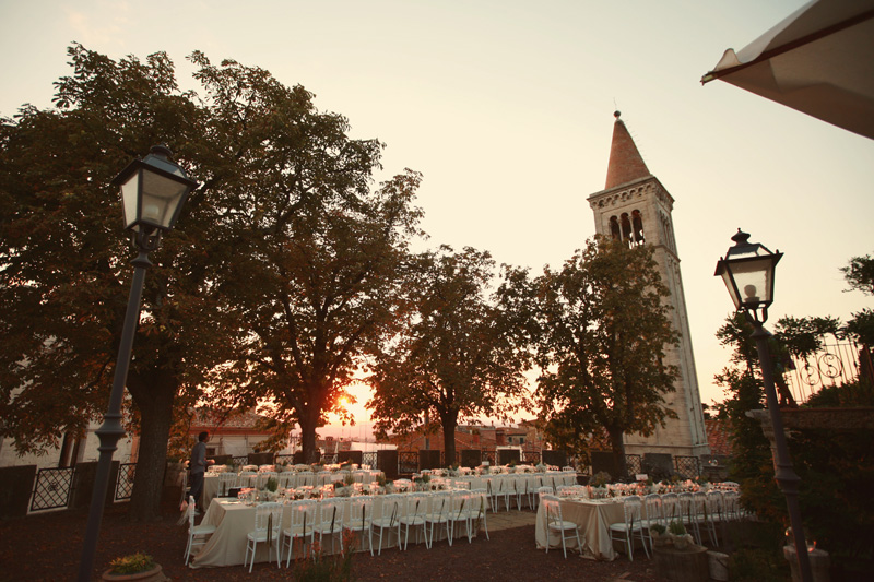 castle outdoor wedding. ZA Gallery. www.theweddingnotebook.com