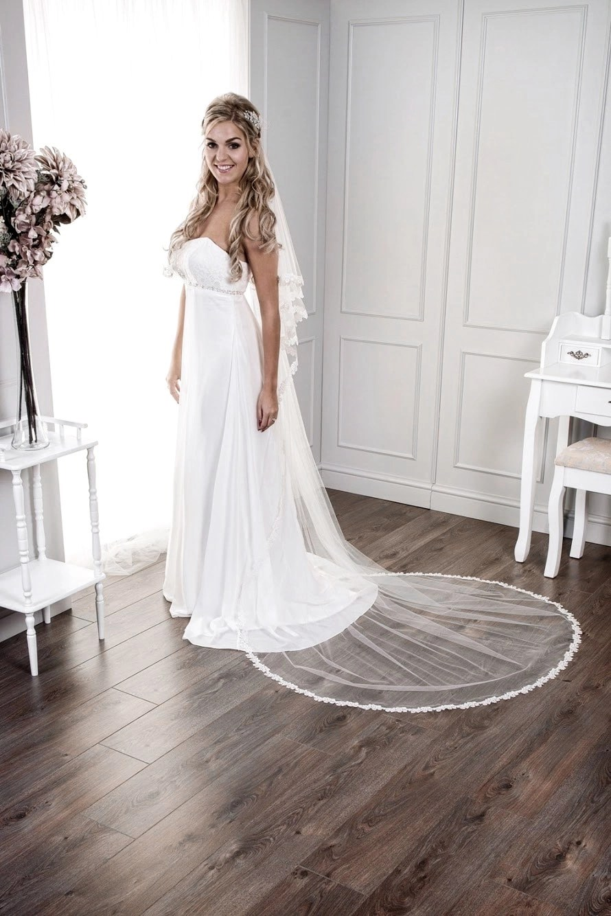 veil with narrow lace