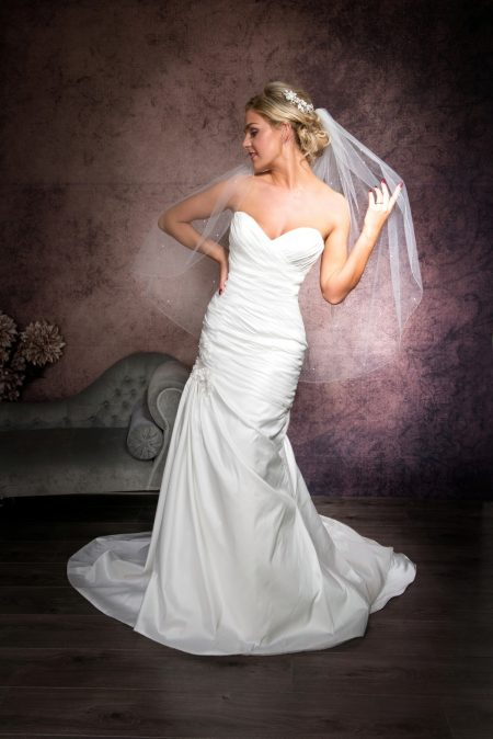 Bryony – one layer hip length veil with scattered crystals