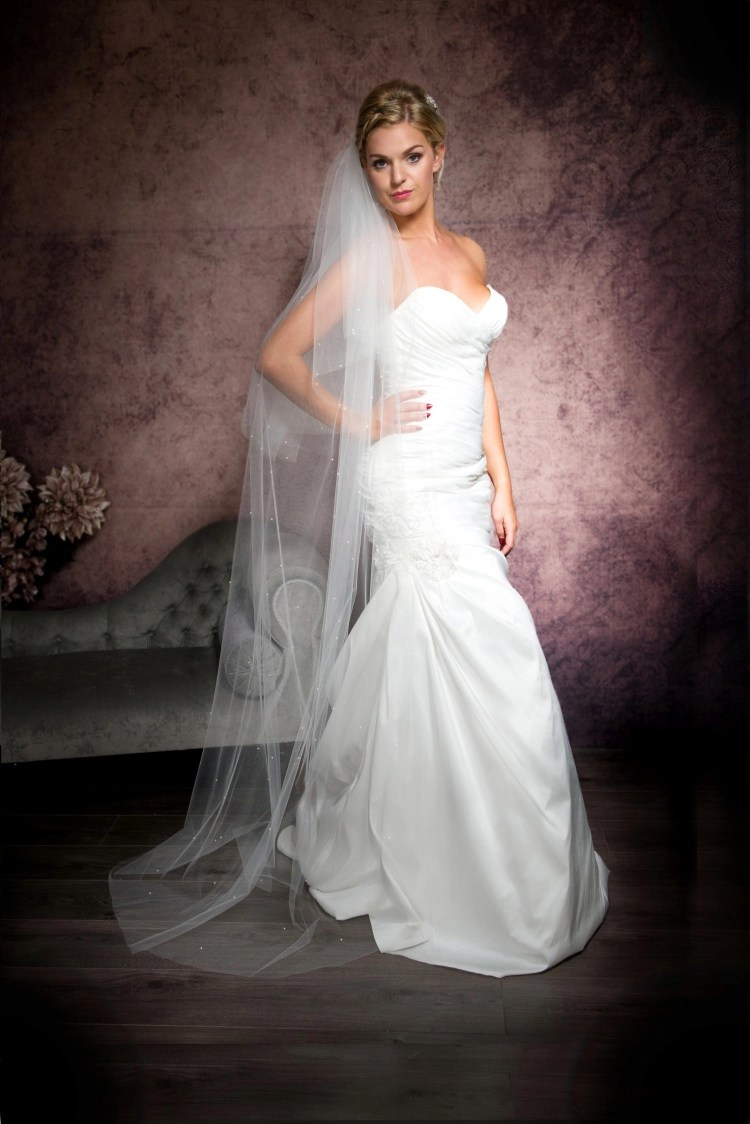 Bride wearing a wedding veil with a cut edge