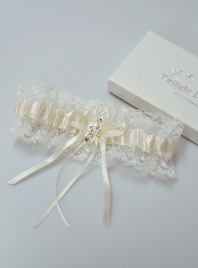 Pretty ivory wedding garter with diamante brooch detail flatlay TLG511