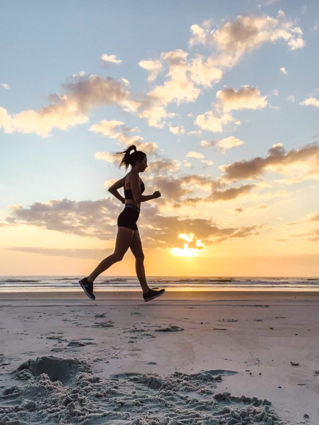 runner on the beach at sunrise // the app that pays you to workout