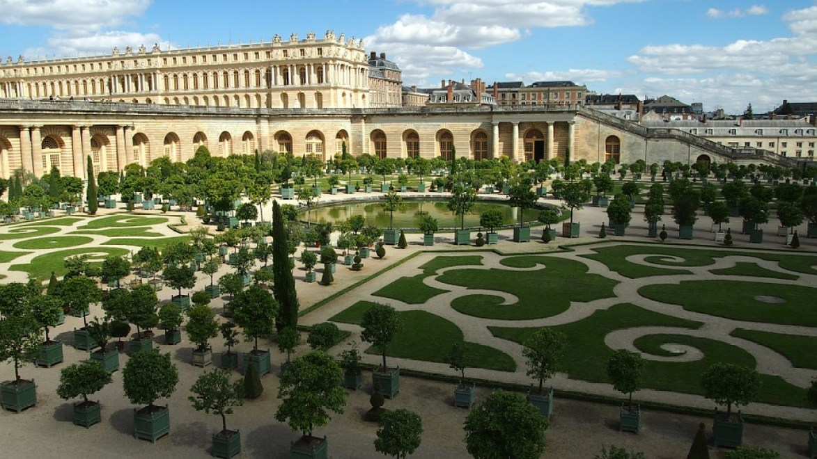 Visit the gardens of Versailles by bicycle and bring a picnic!
