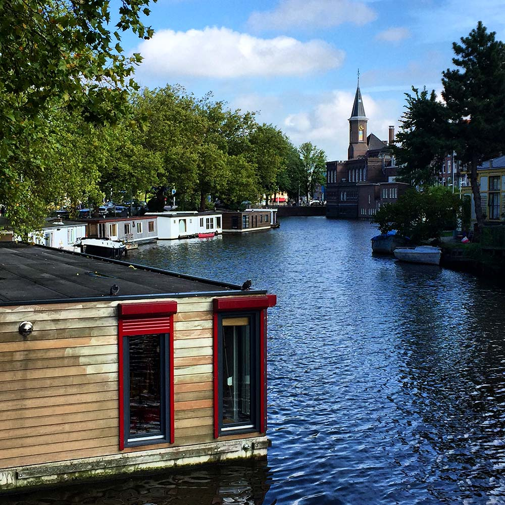 Amsterdam is one of the most famous houseboat communities in the world. Wake up to ducks floating past your bedroom window, then hop on the metro to work! Here are 10 houseboat communities that are in or near cities.