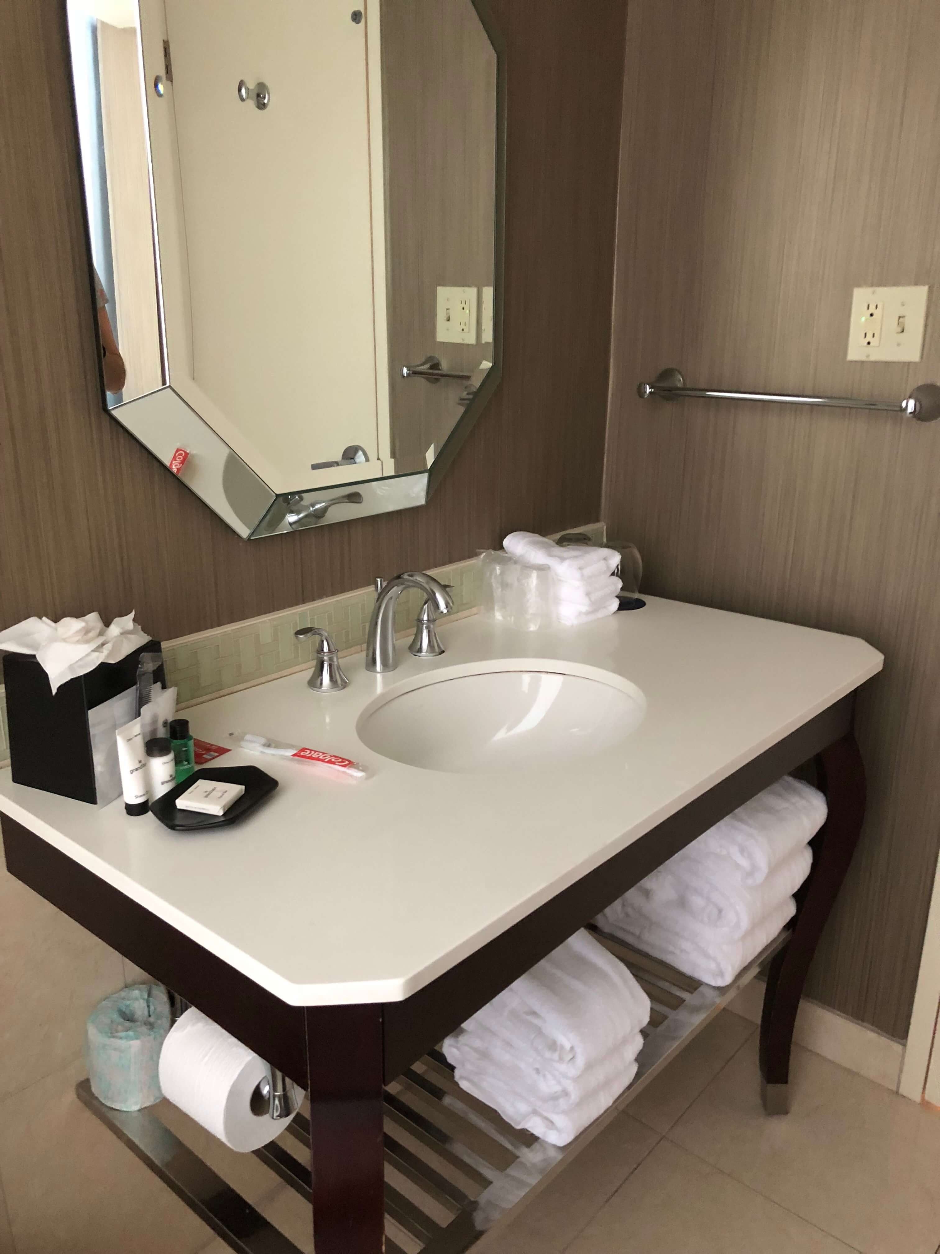 Sheraton Philadelphia Society Hill bathroom