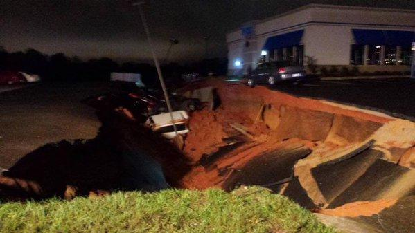 """A sinkhole in he parking lot of an IHOP a Mississippi """"eats"""" 15 cars."""