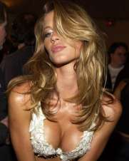 gisele-bundchen-hot-leans-over