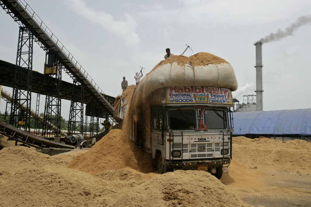 Men unload rice husks from a truck at Bhageswari Paper Plant in Uttar Pradesh. Credit: Land Rover Our Planet/Flickr, CC BY-ND 2.0