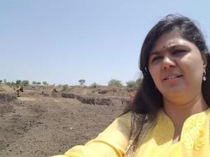 Rural Development Minister Pankaja Munde at drought hit Latur clicking a 'Selfie'. Credit: Twitter