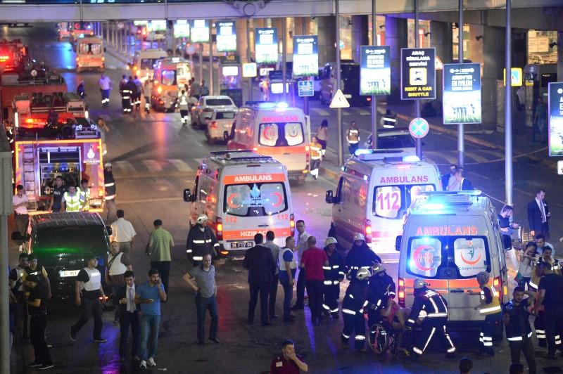 Paramedics help casualties outside Turkey's largest airport, Istanbul Ataturk, Turkey, following a blast, June 28, 2016. REUTERS/Ismail Coskun/IHLAS News Agency.