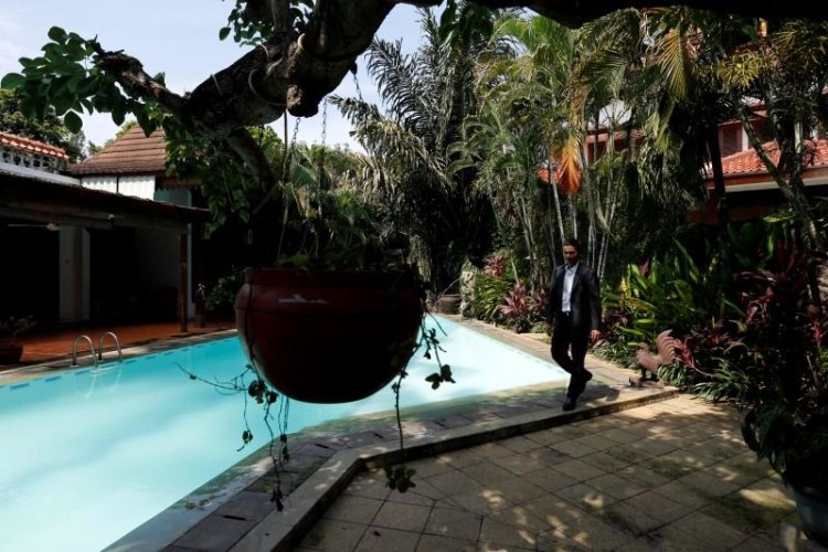 Property broker Julizar walks at an empty rental house at Kemang district in Jakarta, Indonesia, June 23, 2016. Picture taken June 23, 2016. Credit: Reuters/Bewiharta