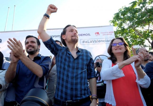 Podemos (We Can) leader Pablo Iglesias (C), Izquierda Unida's (United Left) Alberto Garzon (L), and Monica Oltra of Compromis, now running together in the coalition of Unidos Podemos (United We Can), attend a campaign rally in Alicante, Spain, June 17, 2016. Credit: Reuters/Heino Kalis