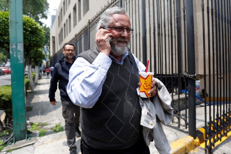 Miguel Alvarez, member of the National Mediation Commission (CONAMED), following clashes in southern Mexico when police and members of a teachers' union faced off in violent confrontations, speaks on a mobile phone as he enters the Interior ministry building to attend a meeting with Mexico's government in Mexico City, Mexico, June 30, 2016. Credit: Reuters/Edgard Garrido