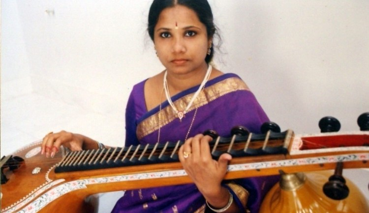 A woman plays the Saraswati Veena, a traditional Indian music instrument. Credit: Wikimedia Commons