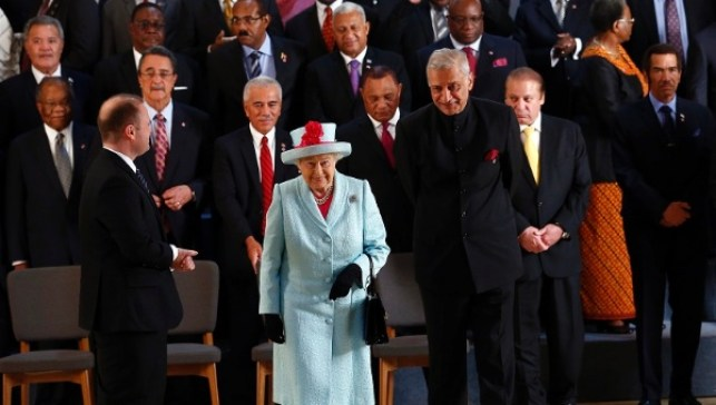 Queen Elizabeth with Secretary-General Kamalesh Sharma (R) and Malta's Prime Minister Joseph Muscat (L) at the Commonwealth meeting in Malta Nov. 27, 2015.