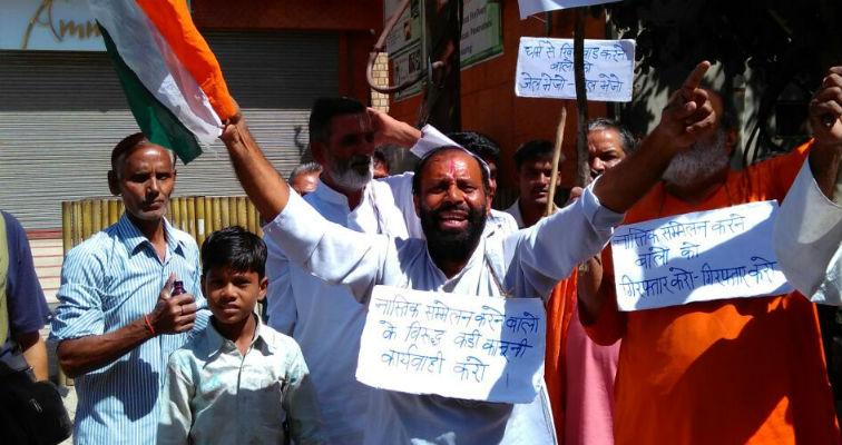 Protestors disrupting the atheist meeting at Vrindavan. Credit: Chaman Lal