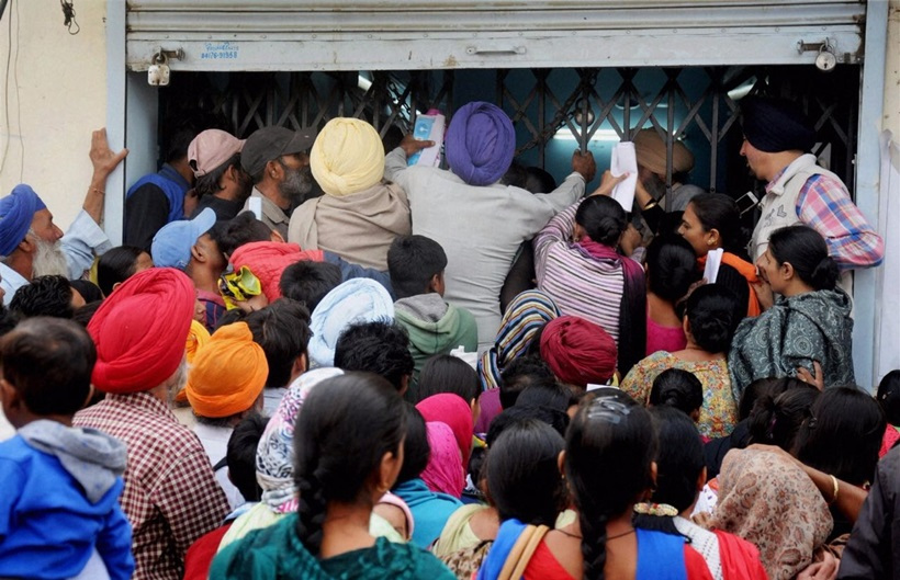 Customers outside an SBI branch in Amritsar after the announcement of the demonetisation of Rs 500 and Rs 1000 notes. Credit: PTI