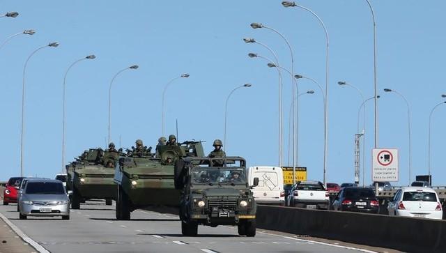 Brazilian marines patrol a street in Vitoria, Espirito Santo, Brazil, February 9, 2017. Credit: Reuters
