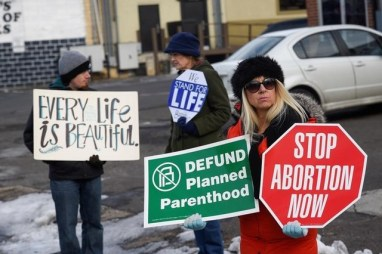 Anti-abortion activists protest in front of Planned Parenthood, Far Northeast Surgical Centre in Philadelphia, Pennsylvania, US, February 11, 2017. Credit: Reuters