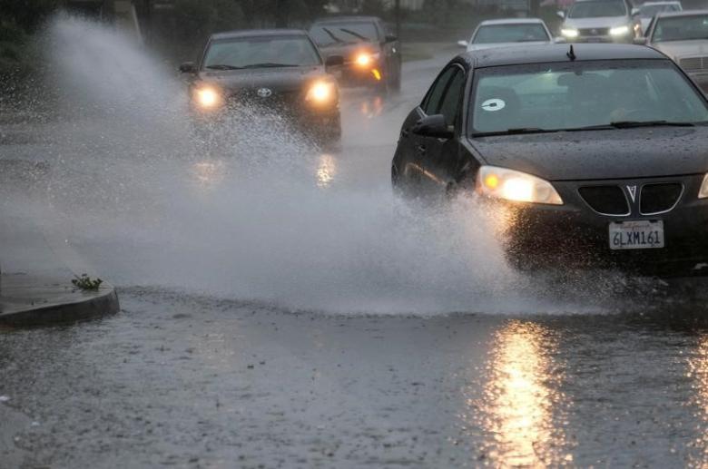 Cars drive through heavy rain in Los Angeles, February 17, 2017. Credit: Reuters/Ringo Chiu
