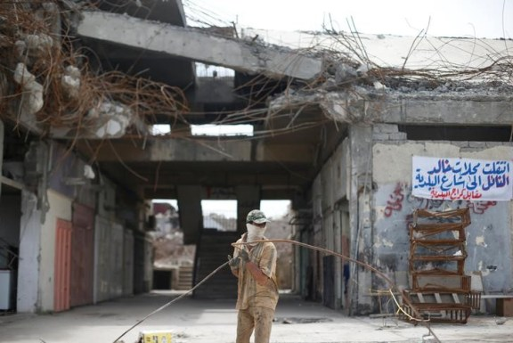 A worker collects steel during the rebuilding of a building destroyed during fighting between Iraqi forces and Islamic state fighters, eastern Mosul, Iraq, April 21, 2017. Picture taken April 21, 2017. Credit: Reuters/ Muhammad Hamed