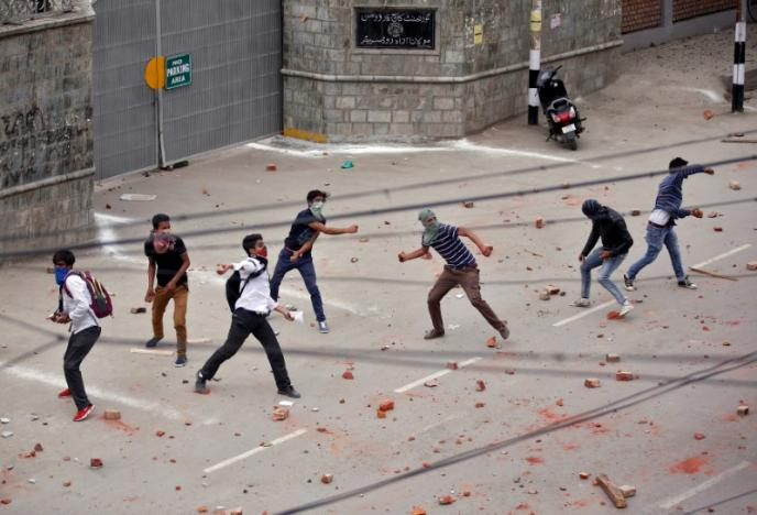 Demonstrators throw stones during a protest in Srinagar, May 9, 2017. Credit: Reuters/Danish Ismail