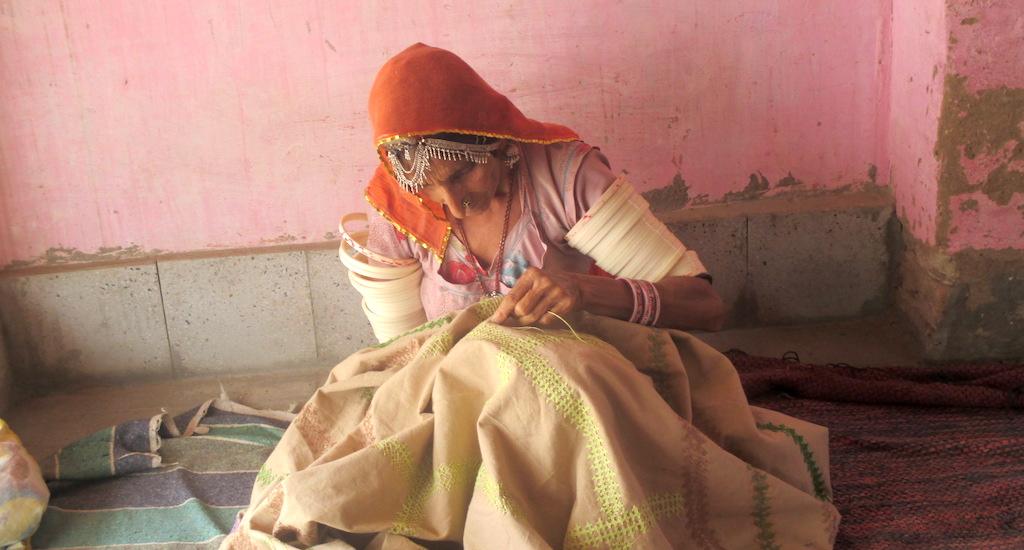 Paaro Bai of Dandkala village in Bikaner doing Kashida embroidery. Credit: Tarun Kanti Bose)