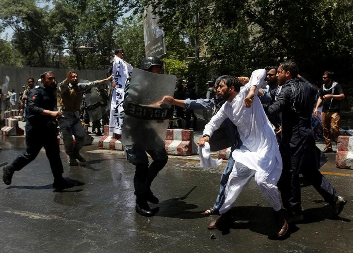 Afghan riot police clash with demonstrators during a protest in Kabul, Afghanistan June 2, 2017. Credit: Reuters/Omar Sobhani