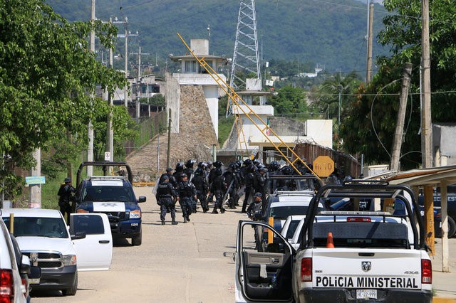 Riot police enter a prison after a riot broke out at the maximum security wing in Acapulco, Mexico, July 6, 2017. Credit: Reuters/Troy Merida