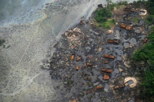 An aerial view shows illegal refineries and pollution among the waterways in Rivers State, Nigeria, June 19, 2017. Picture taken June 19, 2017. Credit: Reuters/Paul Carsten