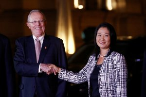 Peru's President Pedro Pablo Kuczynski and opposition leader Keiko Fujimori shake hands after a meeting at the government palace in Lima, Peru, July 11, 2017. Credit: Reuters/Mariana Bazo