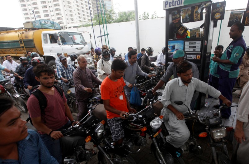 Customers buy petrol at a petrol station in Karachi, Pakistan, July 26, 2017. Credit: Reuters/Akhtar Soomro