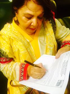 Anis Haroon, former chairperson of National Commission on the Status of Women, endorsing the signature campaign. Photos courtesy: Aabida Ali