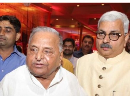 Hemant Sharma with Samajwadi Party leader Mulayam Singh Yadav.