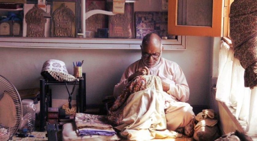 Man weaving threads in Kashmir. Credit: Reuters/Anjali Rao Koppala