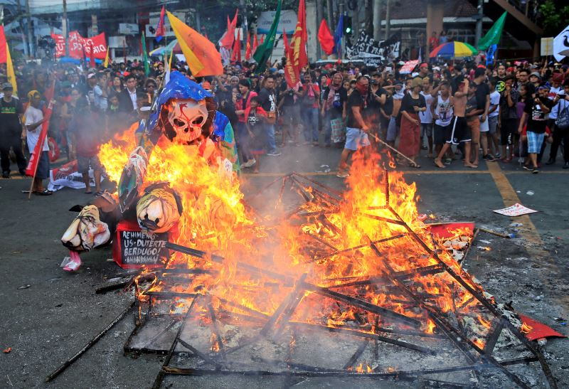 Protesters burn a effigy with a skull face during a National Day of Protest outside the presidential palace in metro Manila, Philippines September 21, 2017. Credit: Reuters/Romeo Ranoco