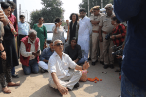 Harsh Mander sits in dharna near where Pehlu Khan was lynched in Behror, Rajasthan, during the Karwan-e-Mohabbat. Credit: Twitter/Karwan-e-Mohabbat