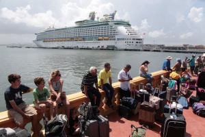 People line up to board a Royal Caribbean cruise ship that will take them to the U.S. mainland, in San Juan, Puerto Rico, September 28, 2017. Credit: Reuters/Alvin Baez