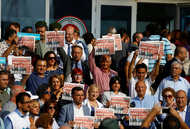 Lawmakers and press freedom activists hold copies of the Cumhuriyet newspaper during trial of 17 writers, executives and lawyers of the secularist Cumhuriyet newspaper in Silivri near Istanbul, Turkey, September 11, 2017. Credit: Reuters