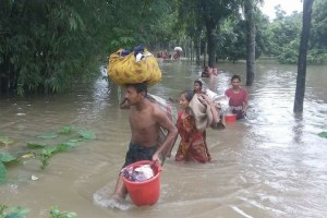 Flood affected villagers head to safe shelters in Dinajpur [image by: Morshedur Rahman]