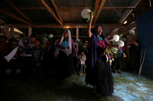 Evangelical worshippers and Muslims from the Tzotzil Maya ethnic group take part in a meeting between members of both religions at an evangelical church in San Juan Chamula, in Chiapas state, Mexico, August 14, 2017. Credit: Reuters/Edgard Garrido/Files