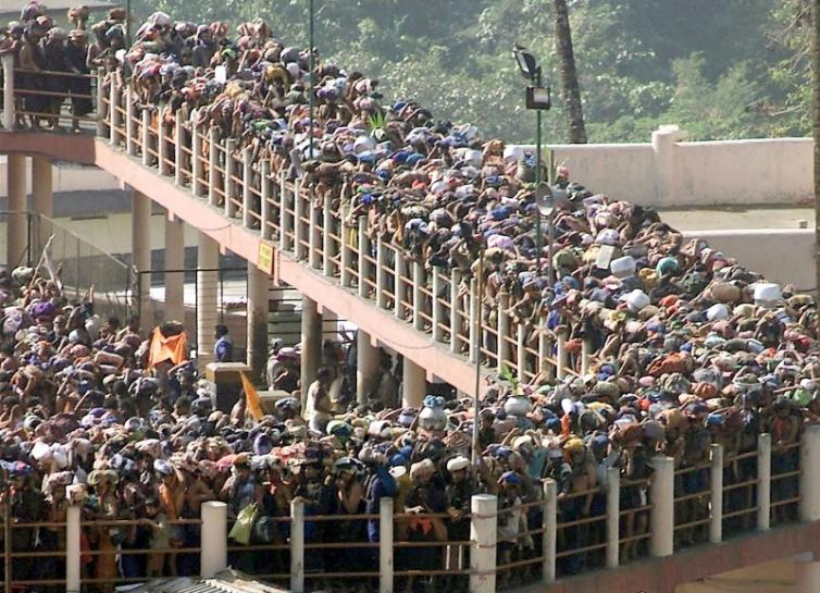 """Hindu pilgrims queue outside the Sabarimala Temple to offer prayers to the Hindu deity """"Ayappa"""", about 70 kms west of the town Pathanamthtta in Kerala, on January 15, 2003. Credit: Reuters/Dipak Kumar/Files"""
