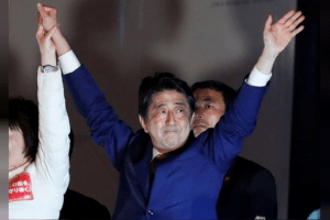 Japan's Prime Minister Shinzo Abe, leader of the Liberal Democratic Party, gestures at an election campaign rally in Tokyo, Japan October 21, 2017. Credit: Reuters/Kim Kyung-Hoon